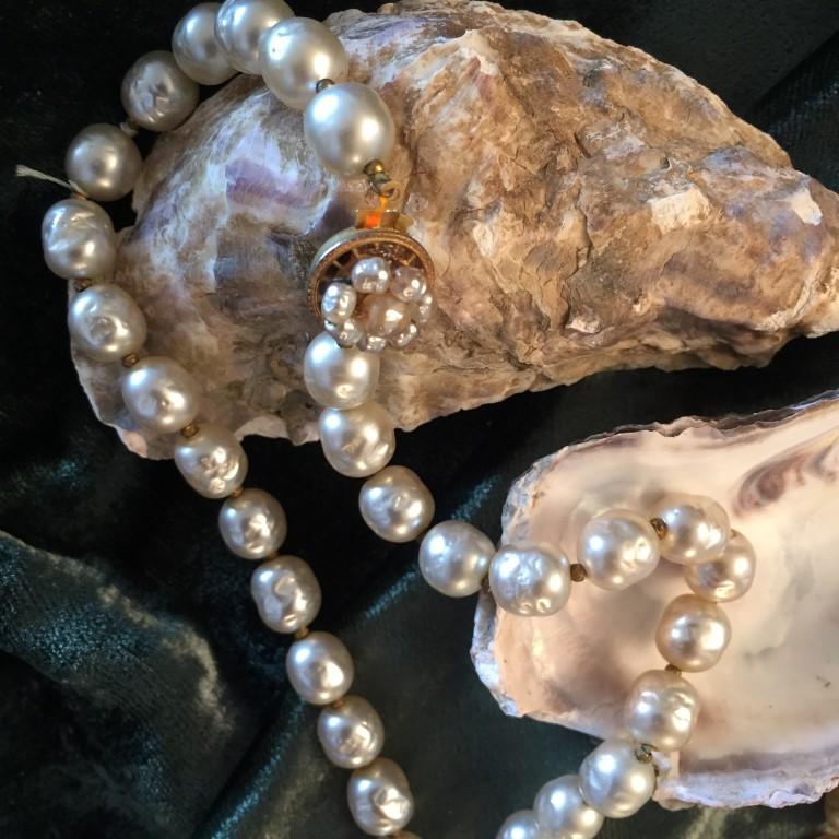 Perler i middels størrelse, litt lengre kjede.