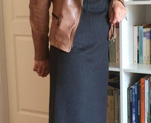 Grå lang kjole med lærjakke