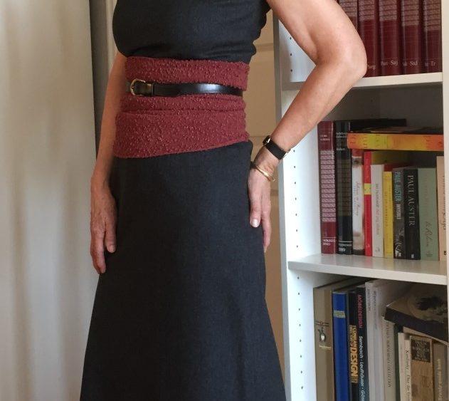 Lang grå kjole med rust magebelte