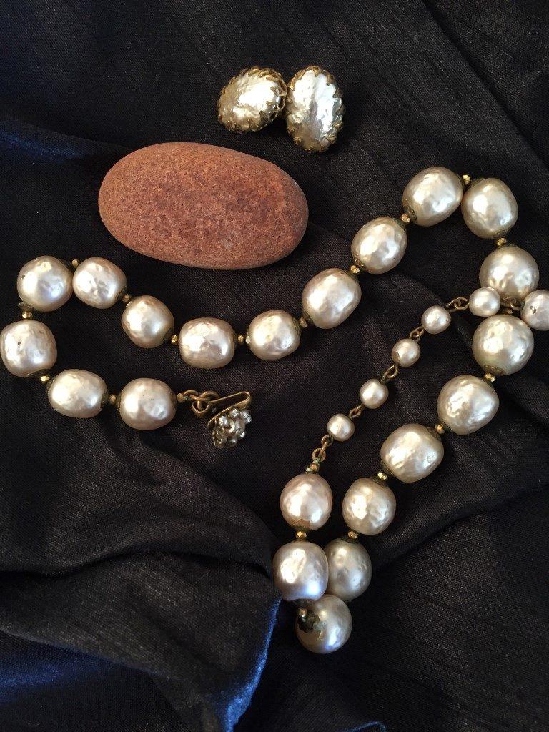 Kjede med større perler og ovale øredobber.